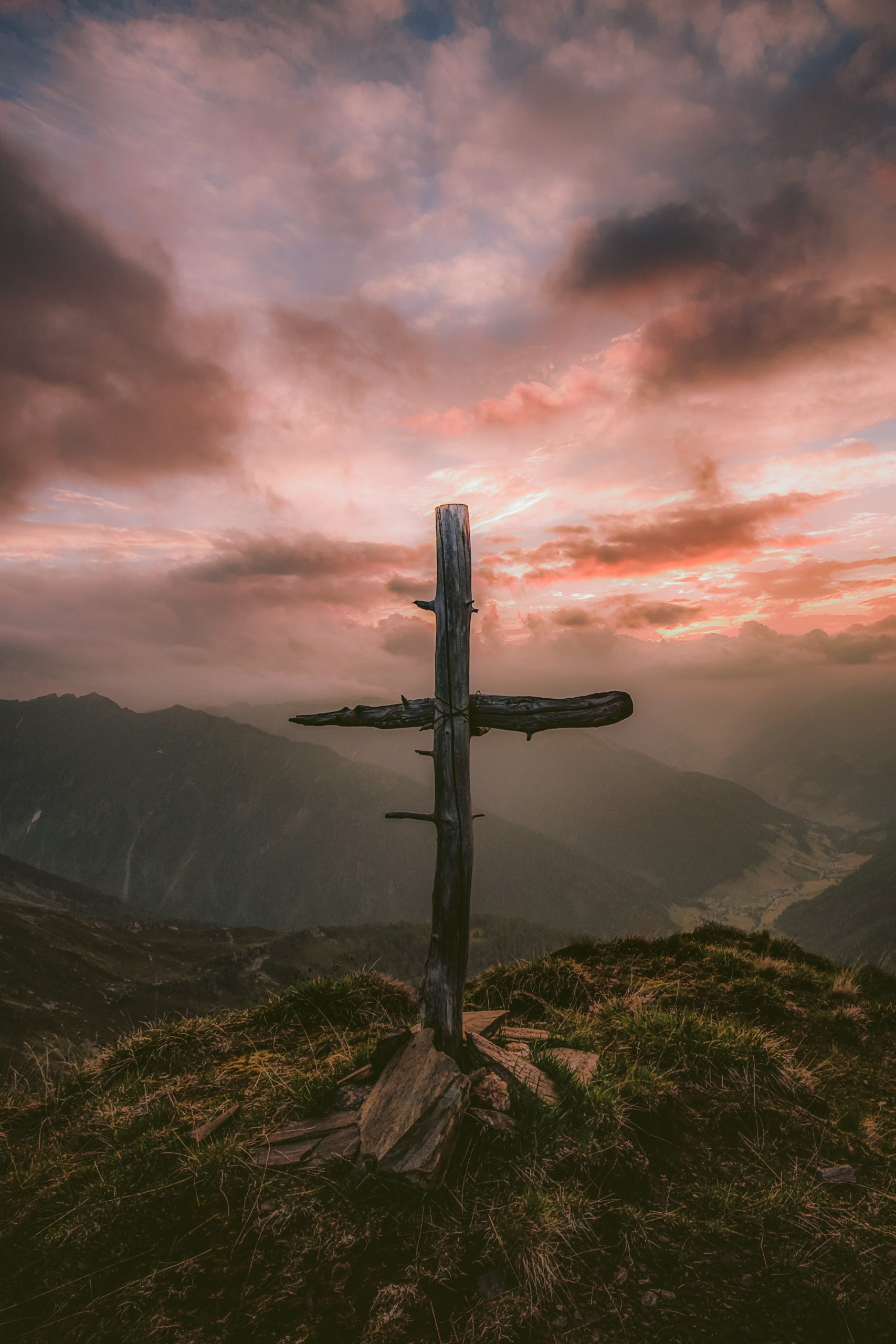 kriz na vrhu planine u sumraku