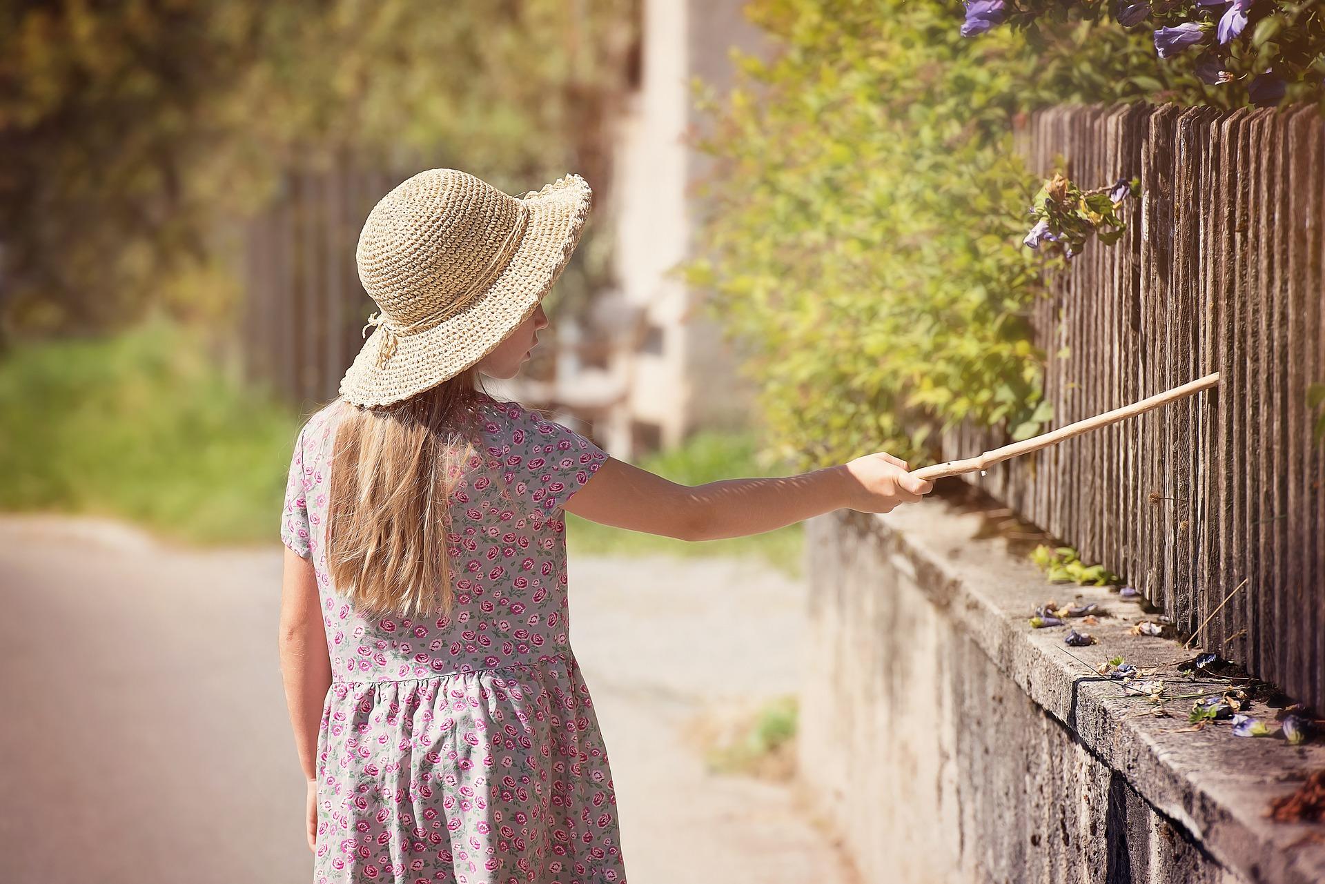 osoba stoji i dira ogradu