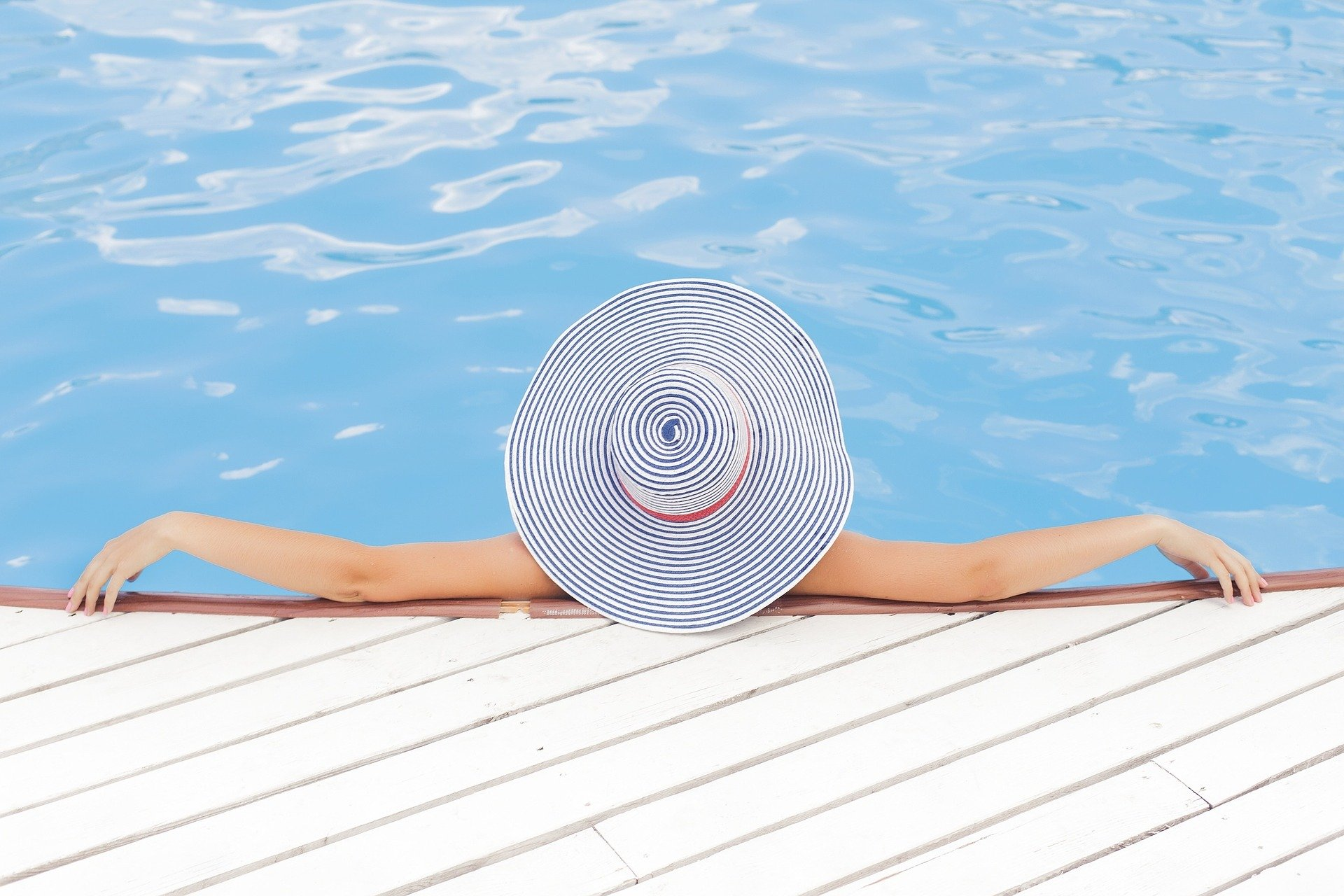 osoba se odmara na bazenu