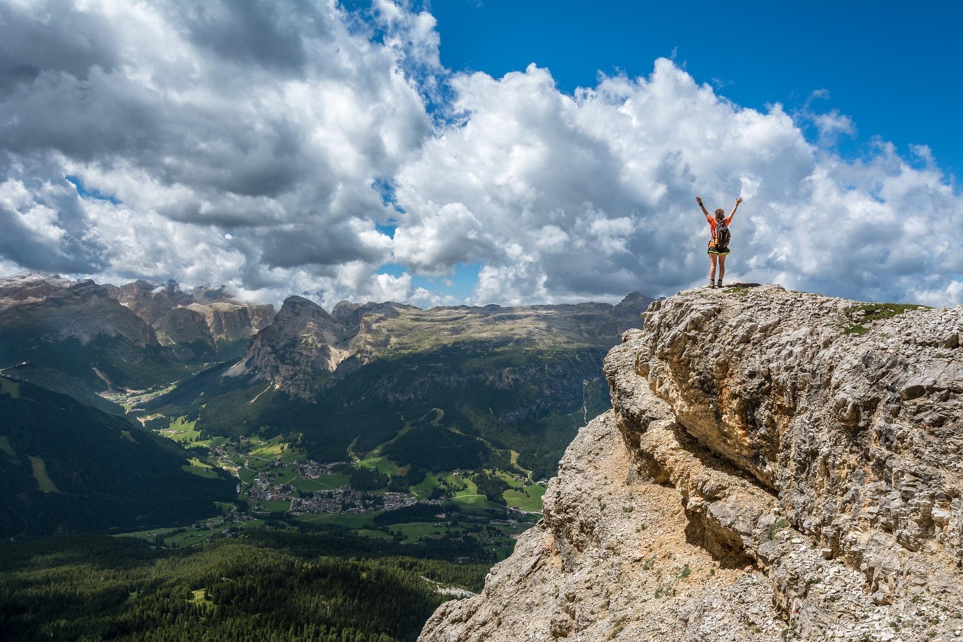 osoba na vrhu planine