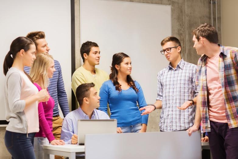 studenti u grupnom razgovoru