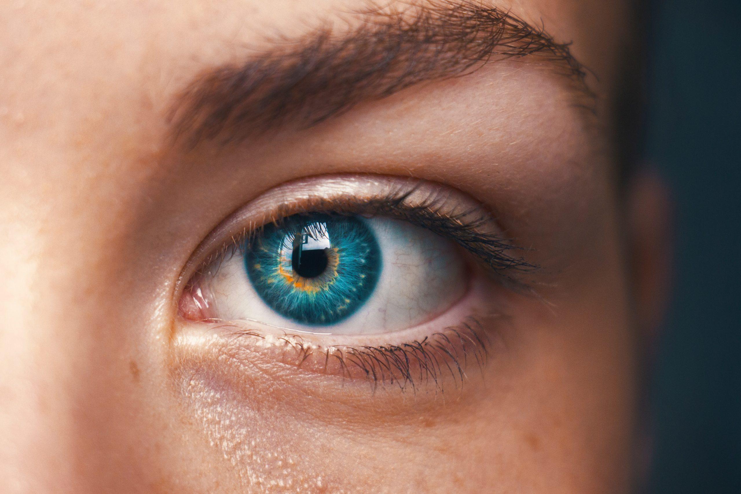 plavo oko zene