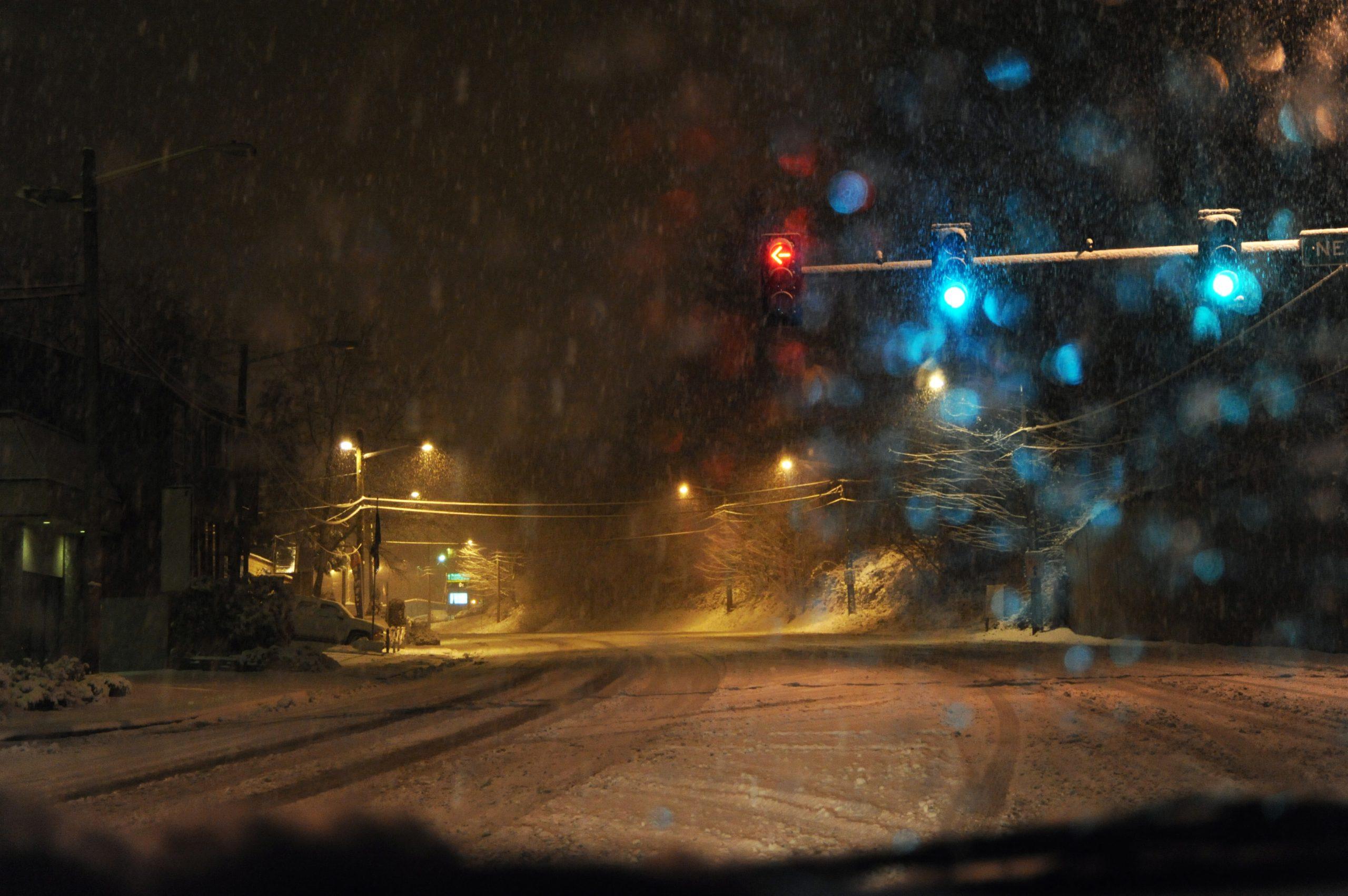 tamna ulica i snijeg