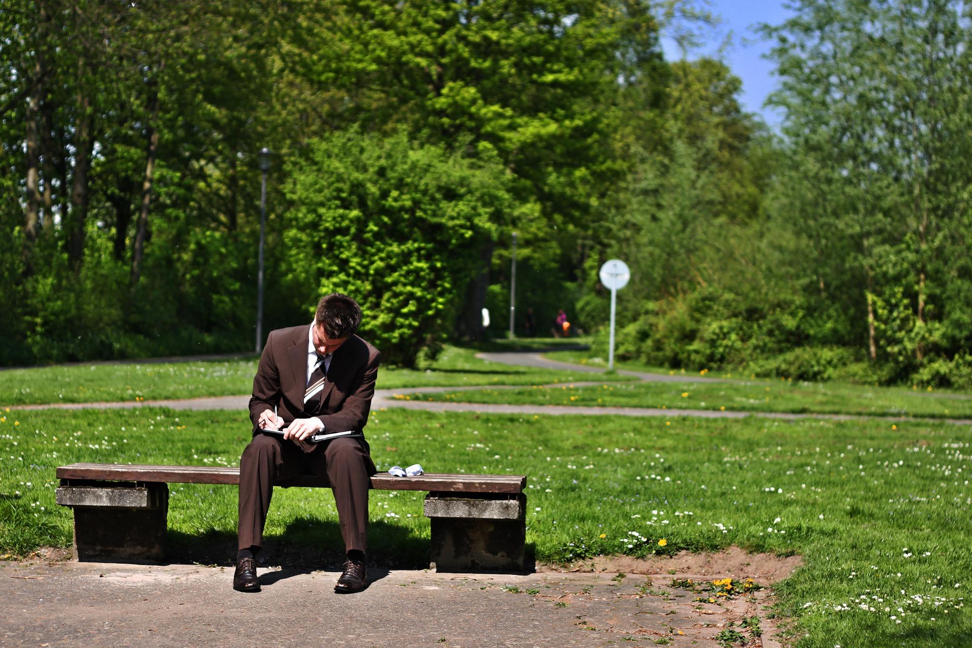 poduzetnik sjedi u parku