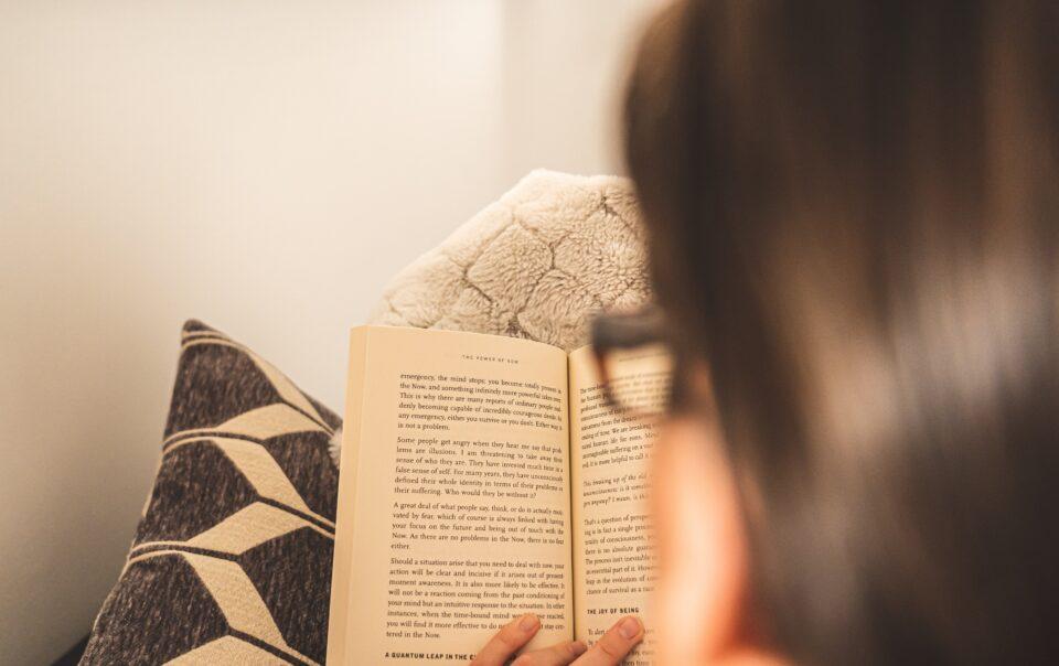 žena-čita-knjigu